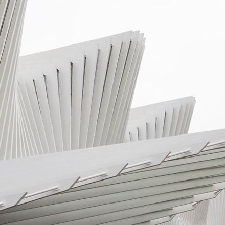 19 Module, gebildet aus einer Abfolge von je 25 Stahlelementen: Santiago Calatrava entwickelt eine Bahnhofsüberdachung in Form einer dreidimensionalen Sinuskurve..