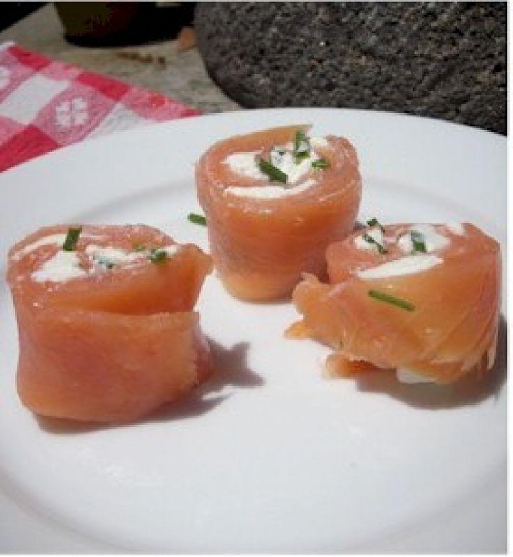 Ένα ιδιαίτερο ορεκτικό με καταπληκτική γεύση και όμορφα αρώματα που θα εντυπωσιάσει! Φροντίστε να χρησιμοποιήσετε καλά ακονισμένα και κοφτερά μαχαίρια ώστε να μη διαλύσετε τα φιλέτα σολομού κόβοντάς τα.