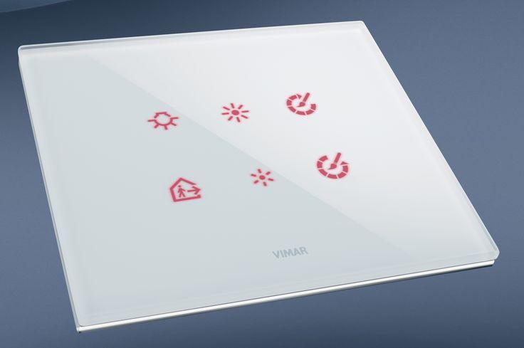 La serie civile Eikon e la domotica di Vimar. Eikon Tactil in cristallo, vista in 3D orizzontale.