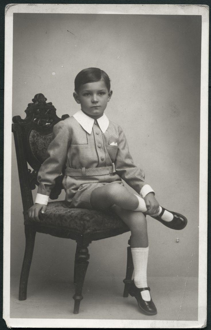 Un niño bien vestido desde temprana edad,es un chico obediente y educado en el futuro,los chicos deben usar de forma obligatoria este tipo de vestimenta y zapatos hasta los 16 años de edad,así se evita la rebeldía,espero comentarios.