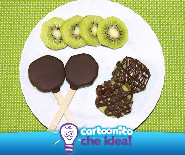 QUANDO IL KIWI INCONTRA IL CIOCCOLATO C'è la frutta e c'è il cioccolato: non possiamo chiedere di meglio da una merenda golosa! #CartoonitoCheIdea!   #kids #xmas #christmas #natale #genitori #bambini #attività #activities #diy #toys #giocattolo #regalo