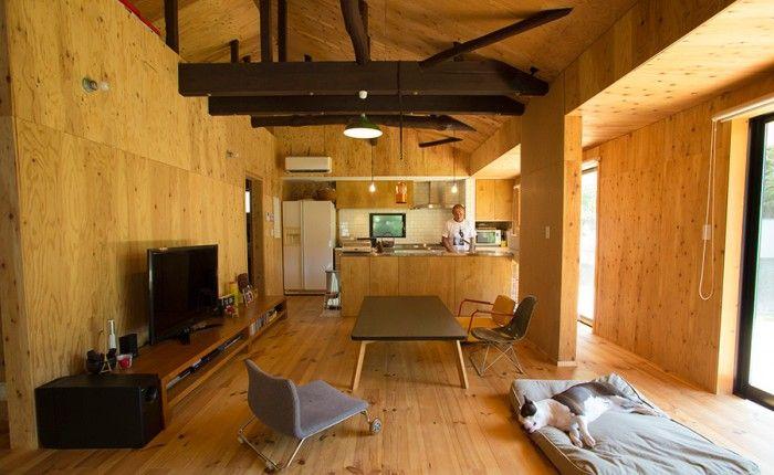 壁は構造用合板、床はパイン材。木のぬくもりを感じさせる室内。木の存在感がそのまま伝わる梁は濃い色に塗って、室内のアクセントに。