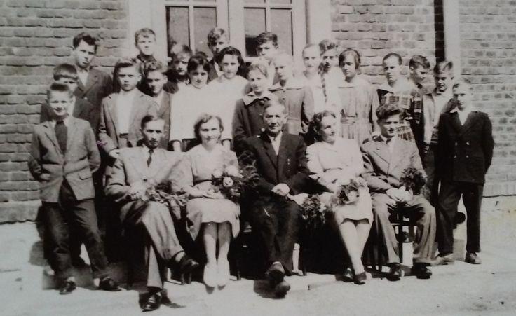 Szkoła rok 1960. siedzą od lewej Władysław Raus, Bronisława Węgrzyn, Leon Witwicki - kierownik, Anna Lisowa, Bolesław Sereda.