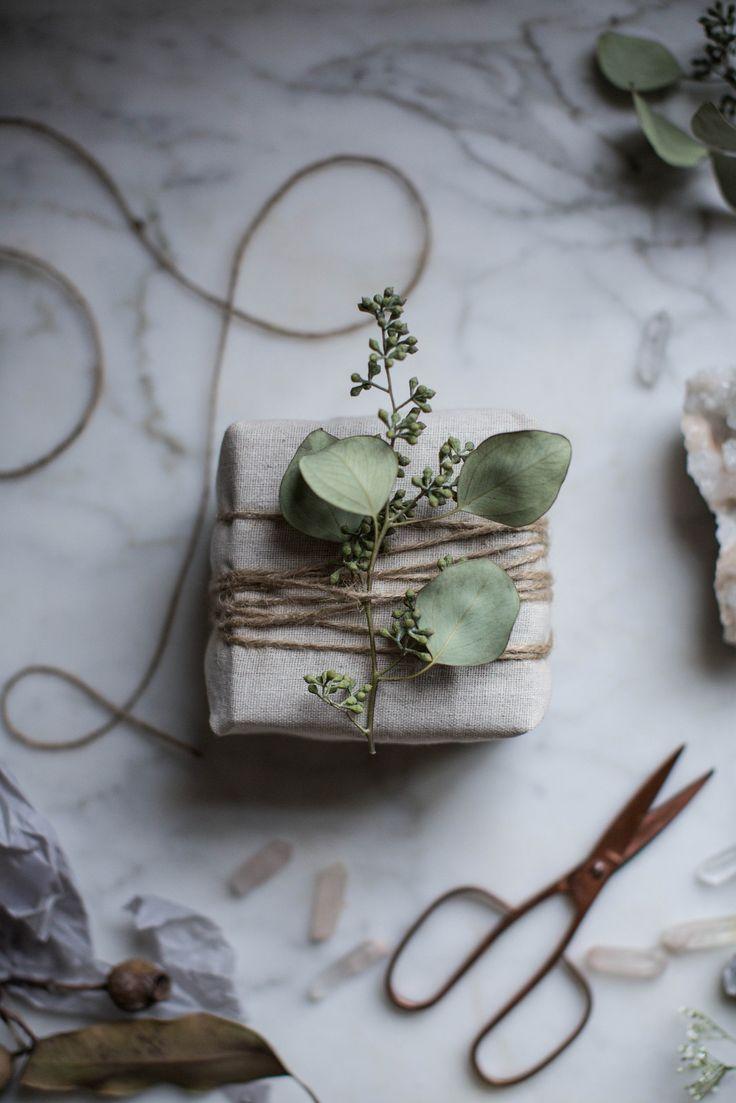 Åh, hvor er jeg bare forelsket i de her naturlige gaveindpakninger, der helt udelukker tyndt julepapir med julemænd på slæder og rensdyr i snelandskab. Så er jeg langt mere tiltrukket af grønne indpakninger med tykt sejlgarn, eukalyptus, groft papir, hør, gran, stof og kogler. Det er så smuk....