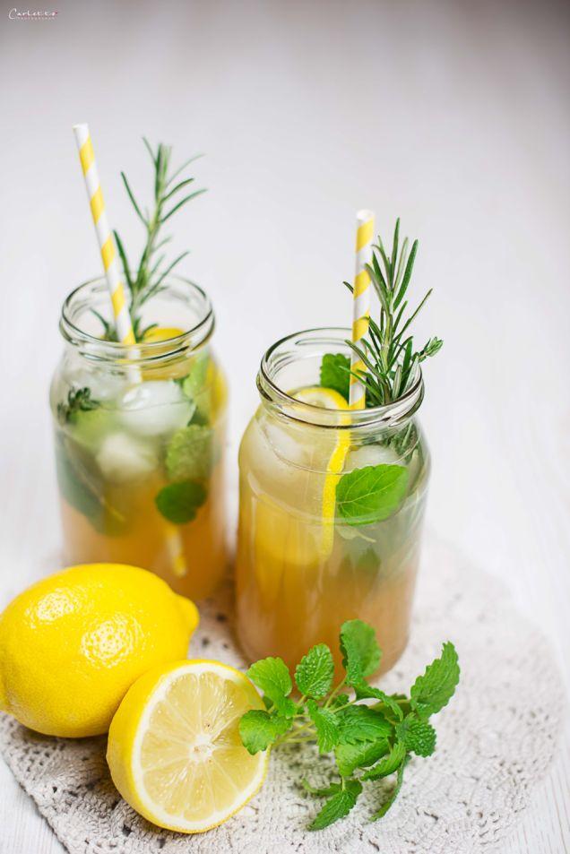 Rezept Limonade. Gesunde Limonade. Limo Rezept. Party Drink. Einfaches Rezept für Kräuterlimonade aus naturtrübem Apfelsaft & frischen Kräutern. Schmeckt der ganzen Familie - kann ganz kalorienarm mit Stevia zubereitet werden.