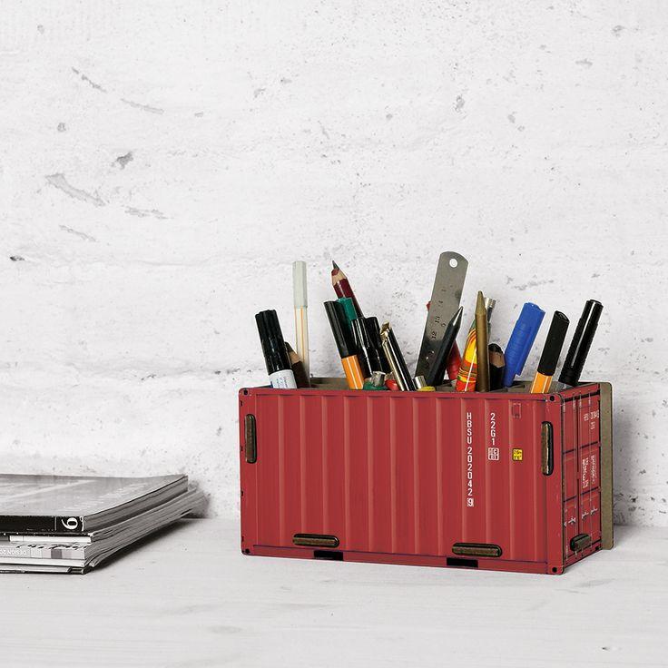 Genauso schwer beladen werden wie seine großen Brüder, kann auch die Container-Stiftebox für den Schreibtisch. Hier muss man sich aber um den Zoll zum Glück keine Sorgen machen.