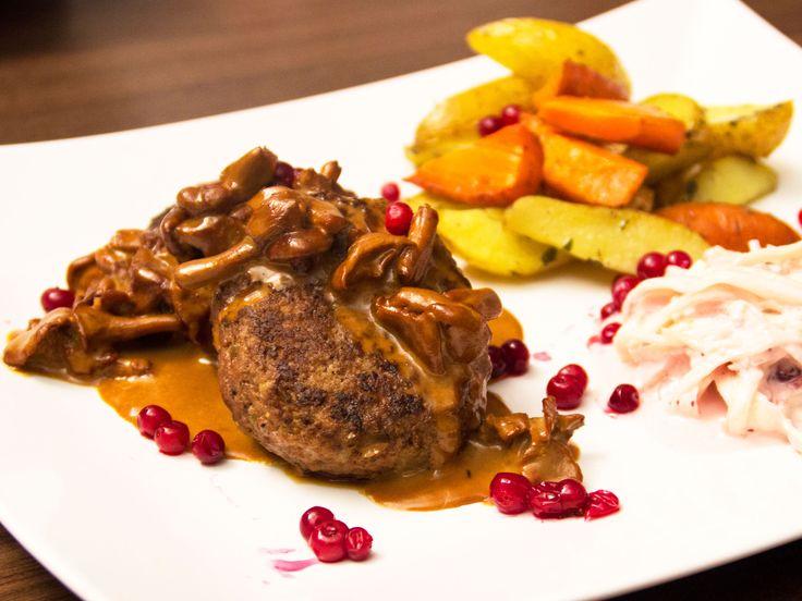 Älgfärsbiffar med kantarellsås och lingoncoleslaw | Recept.nu