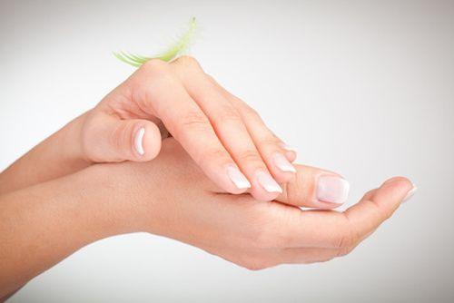 Comment fabriquer un soin pour les mains ? Vous avez les mains sèches et abîmées ? Découvrez vite cette crème réparatrice qui va rendre vos mains douces ! L'argile blanche est riche en sel minéraux et en silice qui permet d'adoucir les mains. L'huile d'amande douce, quant à elle, apaise les mains irritées.
