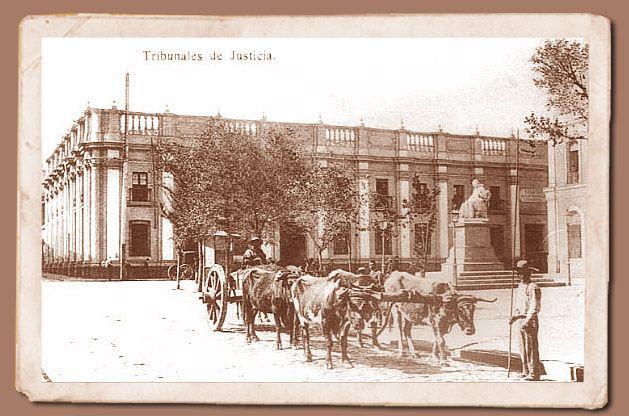 Antiguos Tribunales de Justicia 1875  Sorprendentemente parecido al edificio de La Moneda, los antiguos Tribunales de Justicia, ubicados en Bandera con Compañia, albergan en estos días, al Museo Arte Precolombino