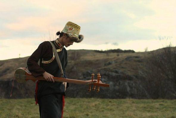 Tsedup přestože se do Tibetu podívat nemůže, je pro něj místem jeho kořenů, což se odráží ve všech jeho skladbách. V jednotlivých písních zpívá o okupaci, touze po návratu, buddhismu a lidských hodnotách vůbec.
