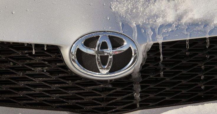 Cómo restablecer la alarma de un Toyota Corolla 2006 . El automóvil compacto Toyota Corolla 2006 viene con un sistema de alarma que advierte a las personas cercanas sobre un posible robo. La alarma se activa cuando las puertas se abren sin haber sido desbloqueadas antes con el control remoto del Corolla. Una vez que está activada, puedes restablecer el dispositivo apagando al sistema de alarma y luego ...