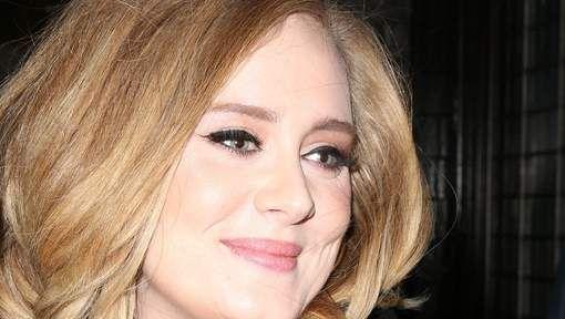 """3 '25', het langverwachte nieuwe album van Adele, is op 20 oktober 2015 verschenen. Maar de meeste fans zullen het nieuwste werk van de superster moeten kopen, want ze weigert om haar muziek te laten streamen via Spotify of Apple Music. """"Streamen doet me gewoon niks"""", vertelde de Britse zangeres. Haar vorige albums '19' en '21' zijn wel te vinden via streamingdiensten zoals Spotify. (MEDIA) (het Verenigd Koninkrijk - Londen: monarchie)"""