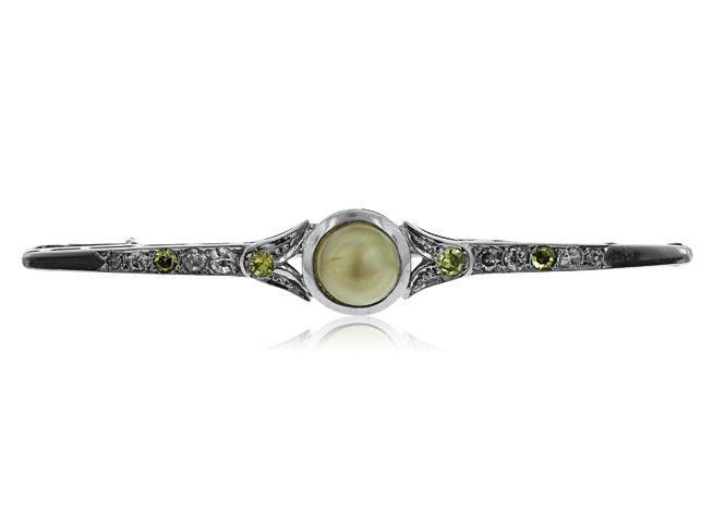 Online veilinghuis Catawiki: 18 kt witgouden bar brroche, ingelegd met parel en fancy gekleurde diamanten