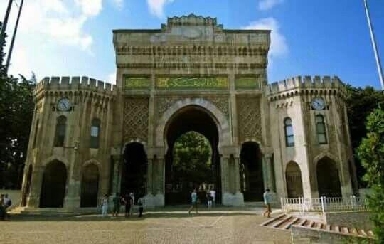 İstanbul Üniversitesi Beyazıt Kampüsü Girişi.Bu kapı bilindiği üzere aslında Osmanlı Harbiye Nezaretinin kapısıdır. Kapının üzerindeki tuğra ve kitabe 19. yüzyılın büyük hattatlarından Mehmed Şefik Bey tarafından yazılmıştır. En üstte Sultan Abdülaziz'in tuğrası bulunurken, kitabenin ortasında celi sülüs yazıyla 'Daire-i Umur-i Askeriyye' yazılıdır. Kitabenin sağında ve solunda ise Fetih suresinin birinci ve üçüncü ayetleri yazmaktadır.
