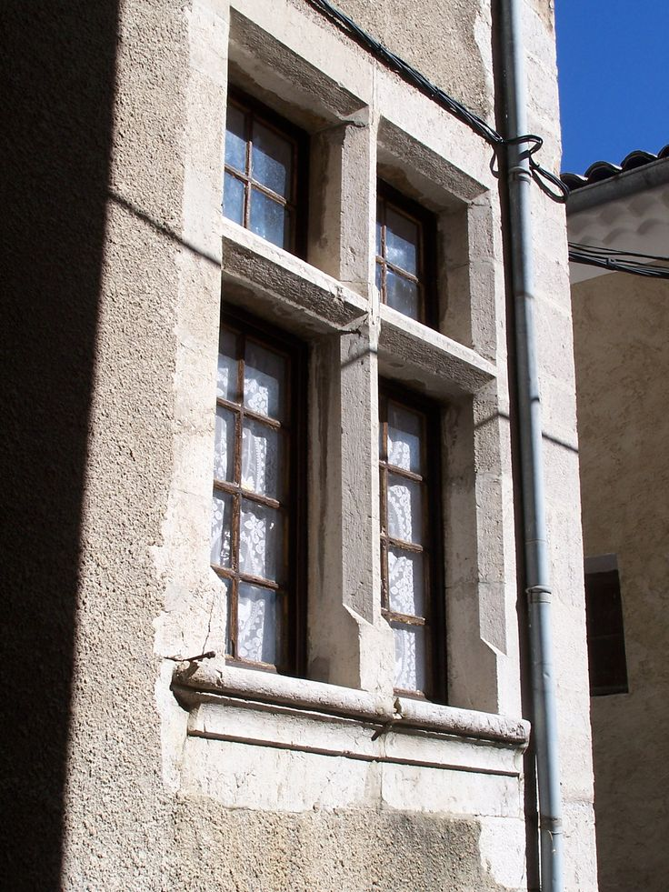 Fenêtre à meneaux et croisillons Rue Varanfrain ancienne Grande Charrière. #buech