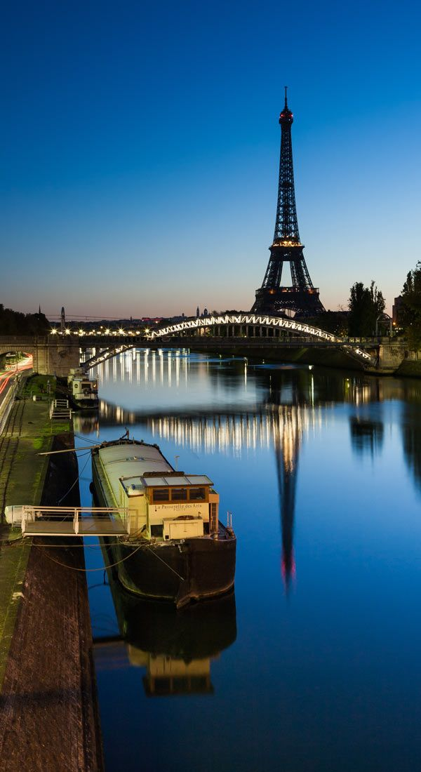 Entardecer no rio Sena, vendo-se a torre Eiffel, Paris, França.
