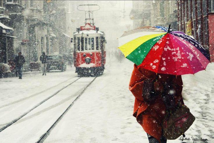 """Non arriva nulla quando aspetti con ansia.Come i treni che,non arrivano mai in orario, arrivano quando smetti di aspettare.E così arriveranno i momenti """"giusti"""",quelli del """"ne è valsa la pena"""",quei treni eternamente in ritardo per noi."""