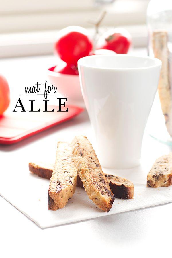 Herlige biscotti med smak av mørk sjokolade og ingefær. Biscotti skal vel helst inneholde mandler, denne oppskriften gjør altså ikke det, men den smaker herlig til en kopp kaffe. Du trenger: 140 gr...