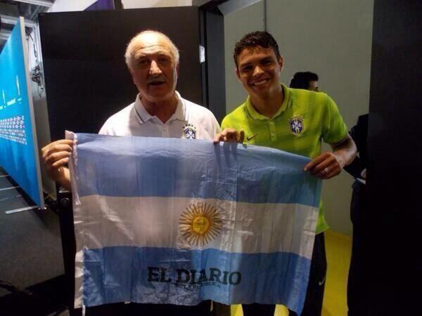 Quand Scolari et Thiago Silva posent avec le drapeau de l'Argentine - http://www.actusports.fr/111359/scolari-thiago-silva-posent-drapeau-largentine/