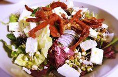 Salát s balkánským sýrem a sušenými rajčaty » Salát » Recepty » ŽENY s.r.o.
