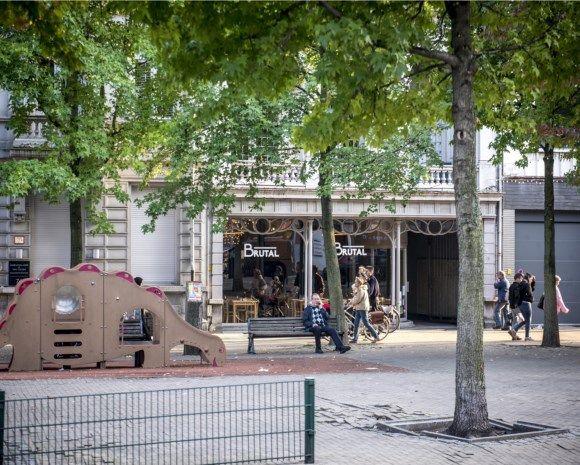 Antwerpen - Twee gewapende en gemaskerde overvallers zijn vrijdagavond binnengevallen in het populaire restaurant Brutal in de Kerkstraat. De overvallers dwongen een dertigtal klanten om op de grond te gaan liggen, terwijl ze de kassa leegroofden. De kok van het restaurant raakte gewond. 2017