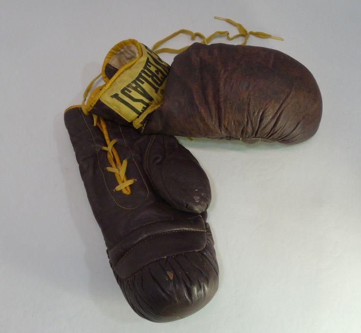 Le chouchou de ma boutique https://www.etsy.com/ca-fr/listing/481176704/gants-de-boxe-collection-vintage-annee