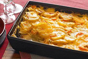 Rehaussez la saveur et la couleur de votre gratin de pommes de terre en y ajoutant des carottes, de l'oignon et du cheddar. Ses 12portions en font l'accompagnement idéal pour les grandes réunions familiales.