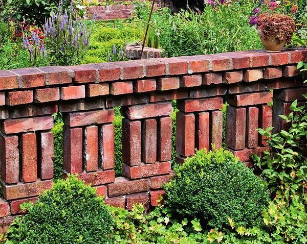 Эта кирпичная стенка состоит из нескольких колонн.