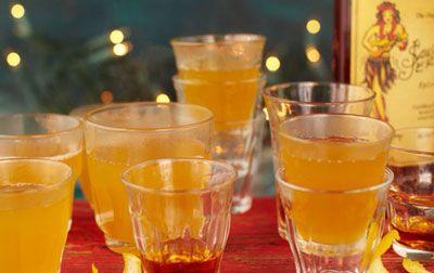 Горячий имбирный домашний лимонад..... Этот пряный горячий домашний лимонад очень необычный и если сделать его слишком острым, можно получить звон колокольчиков в вашей голове, Джейми Оливер любит острые штучки, а вы?!   Ингредиенты  20 шотов на 25 мл (для темного рома) 3 л яблочный сок жидкий мед свежий имбирь 8 см (корень) 1 палочка корицы 12 лимонов