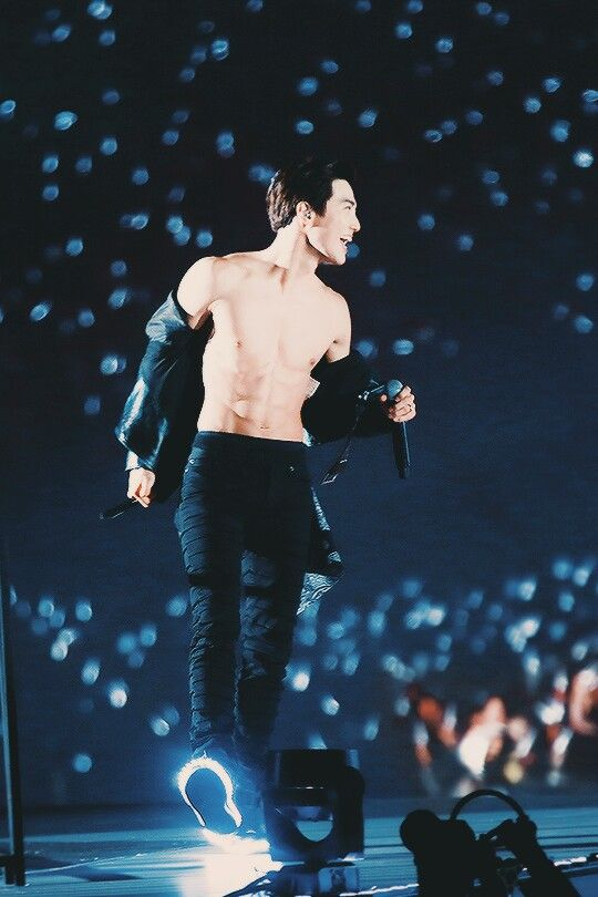 Peep the light up shoes ft. Suho's abs