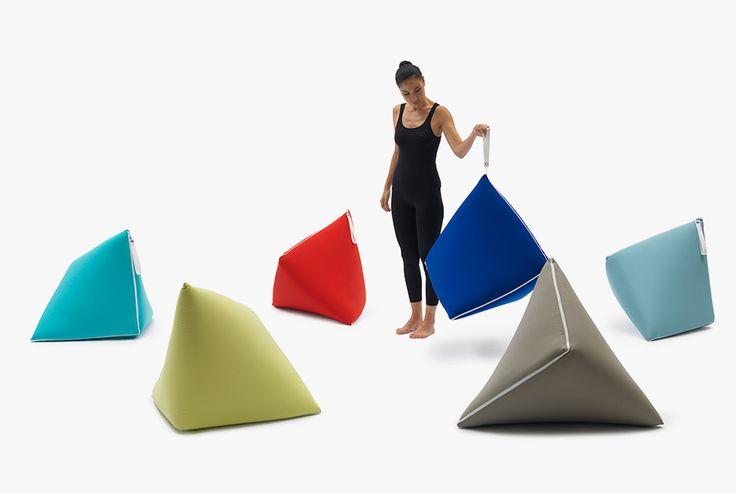 Кресла-постели Tou, Campeggi Японский промышленный дизайнер Сакура Адачи остроумно решила актуальную для малогабаритных домов в Стране восходящего солнца (и не только там) проблему куда убирать на день спальные принадлежности. Традиционный матрас-футон с помощью застежки-молнии превращается в пуф-пирамиду, на котором можно сидеть. Роль набивки пуфа выполняет подушка.