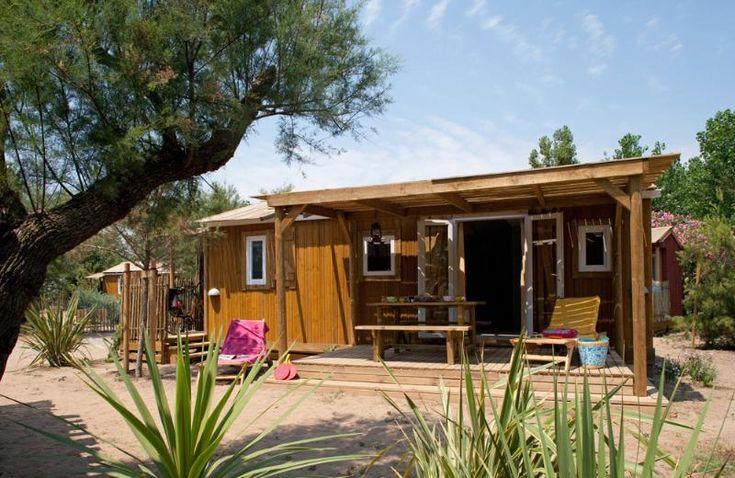 Op zoek naar een leuke kindvriendelijke camping, of beter gezegd glamping? Hier vind je zogenoemde cabanes (houten huisjes) op het strand. Super mooi!