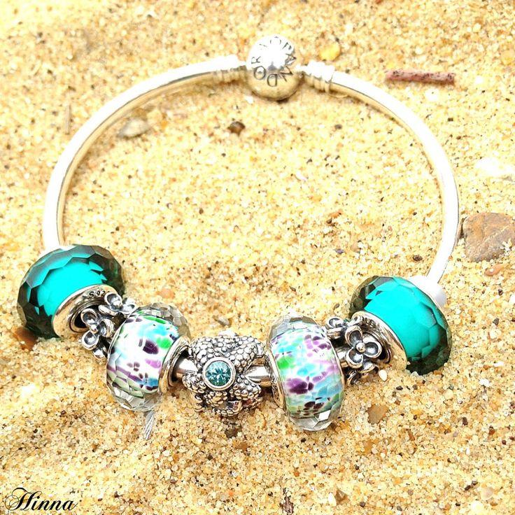 Magnifique bracelet Pandora aux couleurs de l'été sur un lit de sable ! Tellement chouette !