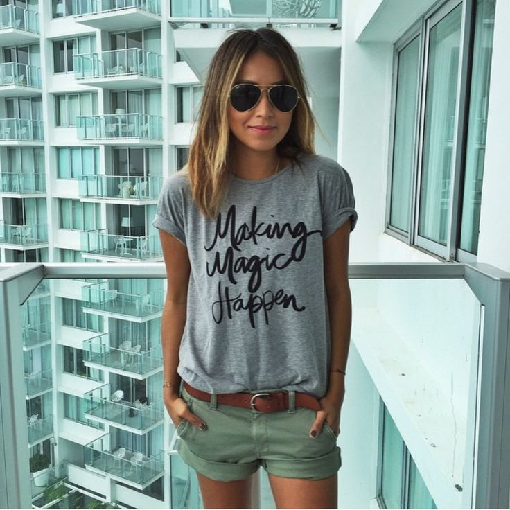 Tee, shorts and raybans. Love this outfit
