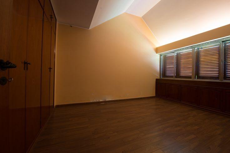 Otro dormitorio, playroom o sala de gimnacia, según las necesidades. Posee unos placares bajo la zona del ventanal (derecha) y amplios del lado izquierdo. Su piso es flotante.