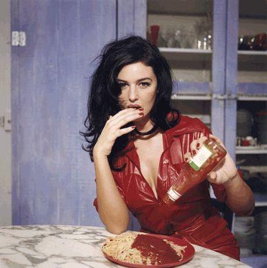 Breakfast with Monica Bellucci, Novembre 1995, Paris© Bettina Rheims  - Puoi trovare la felicità  - Milano - Forma