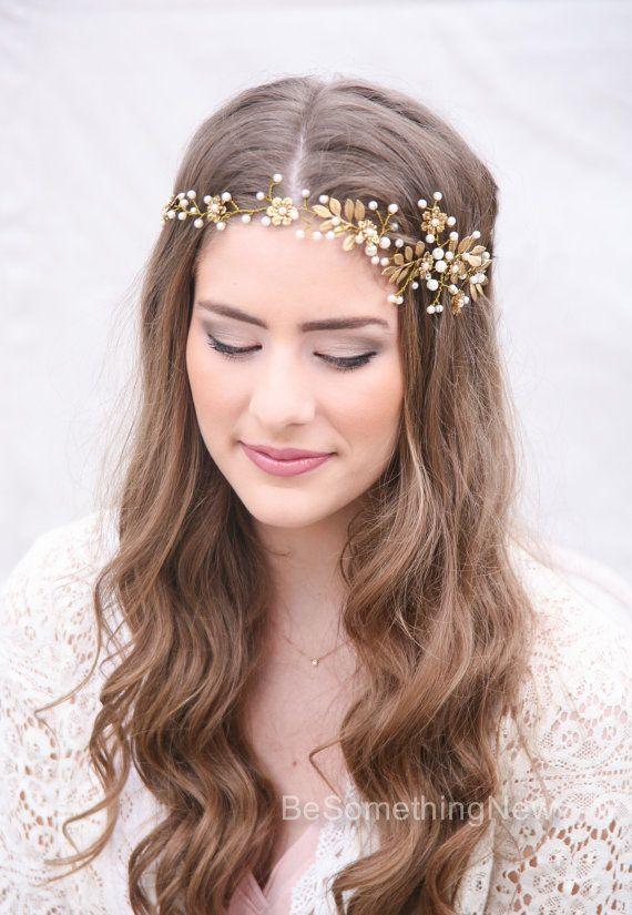 Hochzeit Haar Rebe, Messing Blume und Blatt Braut Kopfschmuck. Diese Braut Kopfschmuck ist handverdrahtet mit Elfenbein Perlen und Messing Blumen und hinterlässt im antiken farbigen Golddraht. Es krümmt sich leicht um jede Frisur und Schleifen in der Packung, in Ihr Haar pin hat, aber wenn Sie wie werde ich Anzeige einige schmale Elfenbein Bänder so dass man es auf zu binden. Es hat eine griechische rustikale Atmosphäre und machen eine große Stirnband für Ihren Hochzeitstag. Hochzeit Haar…