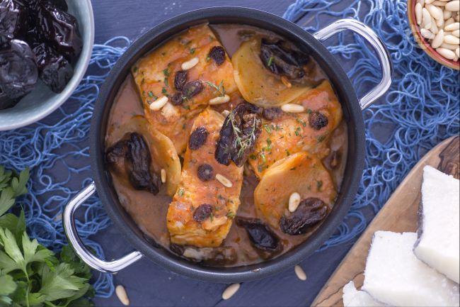Il baccala alle prugne, uvetta e pinoli è un secondo piatto dal gusto agrodolce: la dolcezza della frutta secca incontra la sapidità tipica del baccalà.