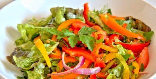 """Салат Овощной с Заправкой """"Карри""""🍲  Ингредиенты: листовой салат помидоры сладкий перец (желательно, чтобы его было больше, чем помидоров) огурец, по желанию красный лук, 1 шт укроп петрушка Соус-Заправка: сок 1/2 лимона кунжутное масло, 2 ст.л. оливковое масло, 2-3 ст.л. соль по вкусу (1 – 1.5 ч.л.) карри, 1 ч.л. вода, 4 ст.л. чеснок, по желанию ( 1-2 зубчика)  Приготовление: Перец нарезать тонкими (или не очень) полосками, лук полукольцами, остальные овощи произвольно. Лимонный сок…"""