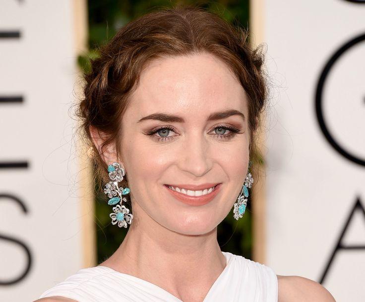 Golden Globes 2015 – Emily Blunt foi com outro preso que adorei, mais boho com tranças na lateral. No make, esfumado marrom, postiços aparecidos e sobrancelha bem marcada