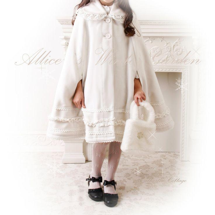 マント   「映画にでてくるみたいなマントが欲しい」という店長の申し出から、できたマント。 切り替えがないので、サイズフリーで、子供から大人まで着れます。 生地を惜しみなく使っていて、280cm以上もの裾巾があり、おかげで、贅沢なドレープが醸し出す、本物の姫シルエットが特徴です。