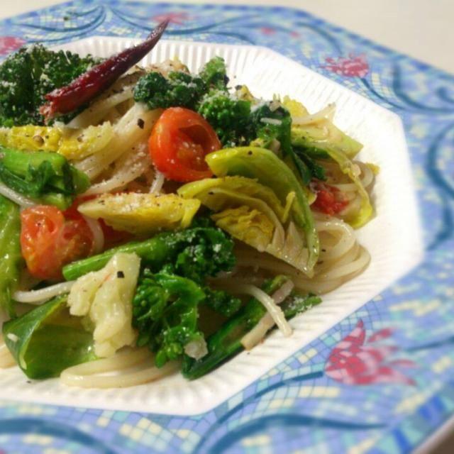 イタリアンだけど、色もキレイに仕上がり、お野菜もおいしく、たっぷり食べれるので、白だしをよく使います~(*^^*)  野菜多すぎて、パスタを渦高く盛り付けられず… あらららららっ~(^o^;) - 156件のもぐもぐ - 畑からのお野菜たっぷりペペロンチーノ 味の決め手は白だしよ!(^ー^) by sakurakoaya31