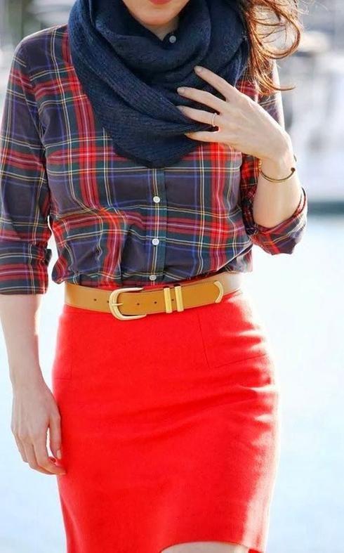 Jupe crayon rouge et chemise à carreaux
