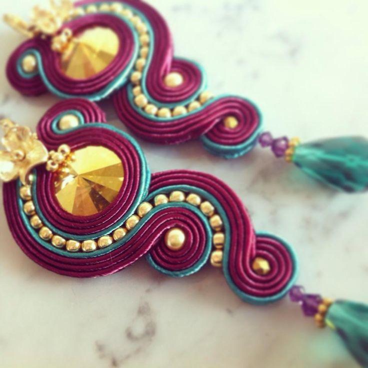 Coole Kombination aus Gold und Weinrot mit türkisen Akzenten. Ohrringe - Designed by @lavibijoux | Mehr auf Facebook https://www.facebook.com/CreazioniLaviRebe/