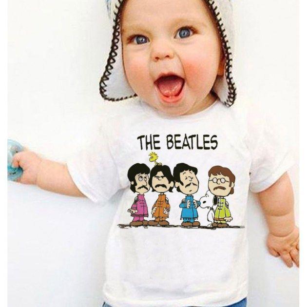 Camiseta infantil The Beatles com os integrantes da banda desenhados como personagens do Peanuts (Snoopy).