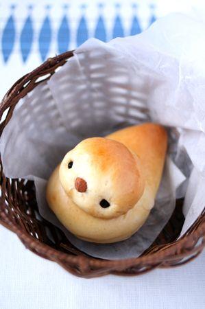 un panecillo con forma de pajaro en su nido, monísimo