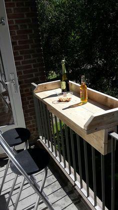 Eine Mini-Balkonbar, vermutlich selbst gezimmert ... von Pinner gepinnt, da keine Linkverbindung zu einer weiterführenden Website