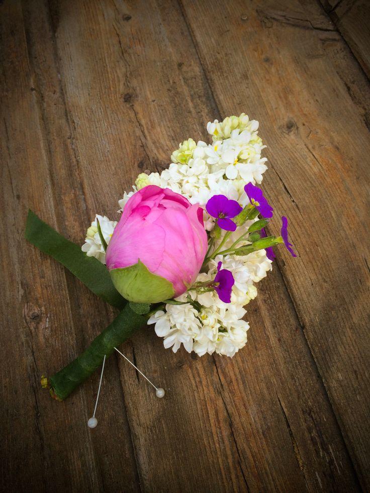 Orgona virágból készült esküvői kitűző