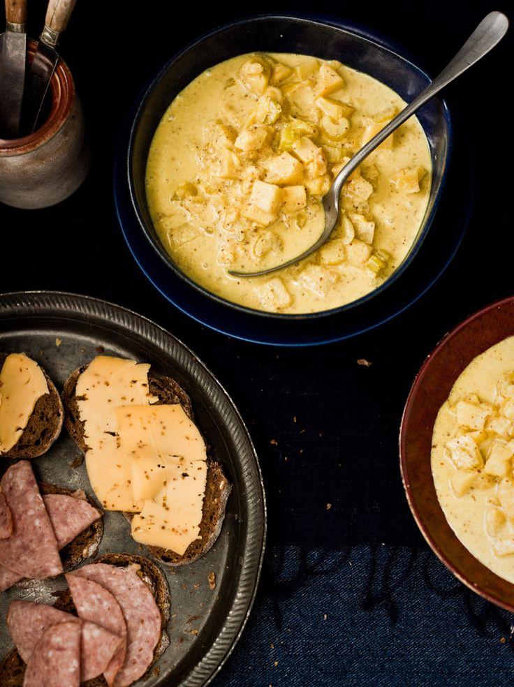 Een heerlijk voorgerecht uit het Noorden: Groningse mosterdsoep met roggebrood. Dit recept is afkomstig uit Buitenleven (het magazine van ANWB), en werd gefeatured in een reportage over het culinair erfgoed van Nederland, met uit elke provincie één specifiek gerecht. Verhit de olie in een ruime pan en fruit hierin de gesnipperde ui en de uitgeperste knoflook ± 3 minuten …