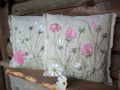 Купить или заказать Льняные подушки с росписью...Космея... в интернет-магазине на Ярмарке Мастеров. В моем саду зацвели космеи.....Очень милые,нежные,легкие цветочки...Кажется совсем простые,а что то есть в них такое притягательное...Очень люблю космеи... Вот появились на свет такие две подушечки-космеи нарисованы с натуры,Роспись живая и настоящая-рисую методом 'свободной кисти'-каждый рисунок в единственном экземпляре.... Цена за КОМПЛЕКТ из ДВУХ подушечек.